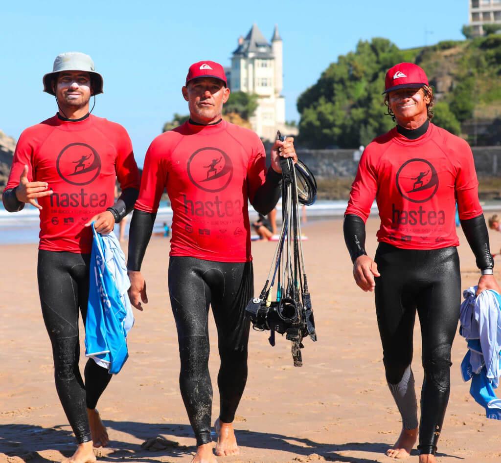 Les moniteurs de l'école de surf Hastea