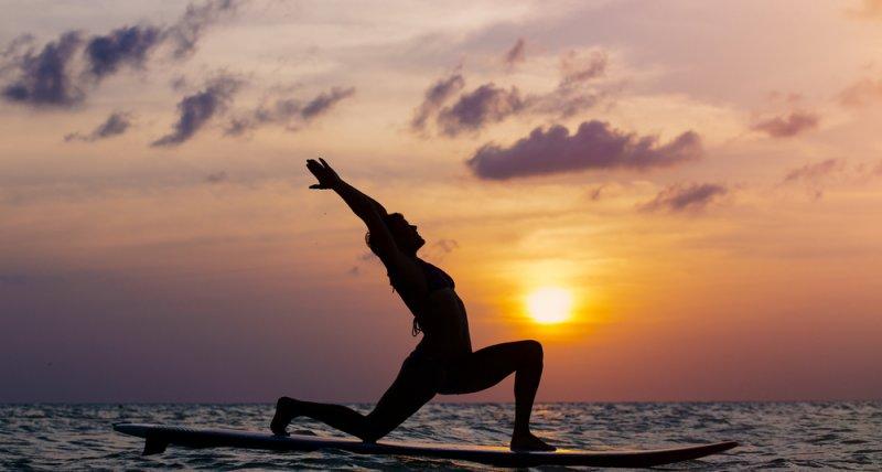 Surf et yoga : le mariage parfait pour votre bien-être !